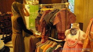 PAMERAN dan penjualan batik serta kriya tradisional Sunda di Lobby Grand Royal Panghegar,