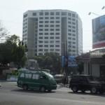 Kendaraan umum dan pribadi masih melintas di perempatan Jalan Aceh pukul 09.05 sesaat rombongan akan melintasi jalan tersebut dari Hotel Hyatt menuju Gedung DPRD di Jalan Aceh, Senin (16/9/2013)