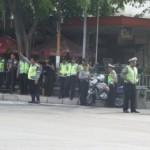 sejumlah personel dari aparat gabungan siaga mengamankan suasana di stopan pinggir ruas perempatan Jalan Merdeka tepat sesaat rombongan Wali Kota dan Wakil Wali Kota terpilih Ridwan Kamil Dan Oded M. Danial melintas ke Arah Gedung DPRD Kota Bandung, Senin (16/9/2013)