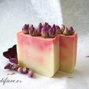 Jabón natural de rosas y aguacate