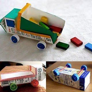 Camión de juguete con cartón de leche