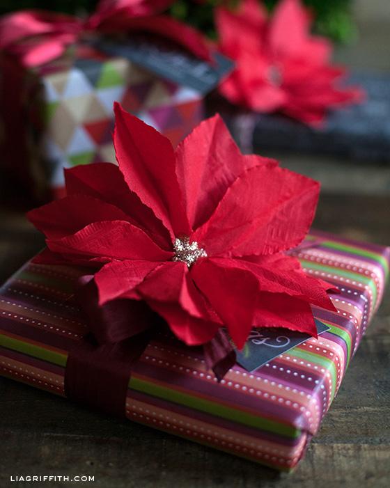 Flor poinsetia hecha con papel de servilleta