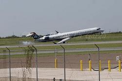 20150929 Mesa Airlines CRJ900 wingtip hit runway at