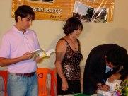 Jackson-Rubem-autografando-o-livro-LAPÃO-CEM-ANOS-DE-HISTÓRIA-para-o-deputado-Pedro-Tavares-e-outros