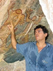 Jackson-Rubem-durante-pesquisa-histórica-em-gruta-com-Arte-Rupestre