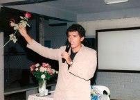 Jackson Rubem lança uma rosa para o público no lançamento do livro Irecê: Um Pedaço Histórico da Bahia.