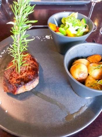 Steak mit Beilagen im Restaurant