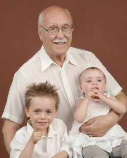 Mon père et ses deux arrière petits-enfants.