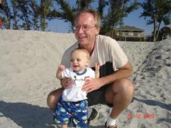 Mon grand-papa Jacques et moi sur la plage.