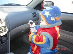 Félix au téléphone dans l'auto de son grand-papa.