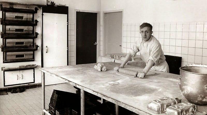 Adriaan Leurs in de bakkerij aan de Mgr. Borretweg