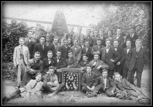 Mobilia in 1917 - Adriaans Leurs op tweede rij van de prijzenkast van de voetbalclub