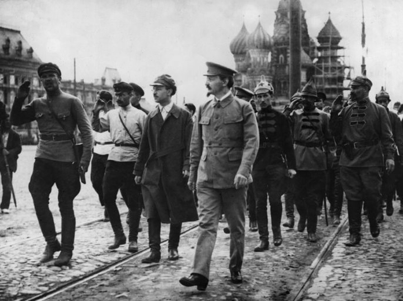 Trotsky e militari dell'Armata Rossa a Mosca