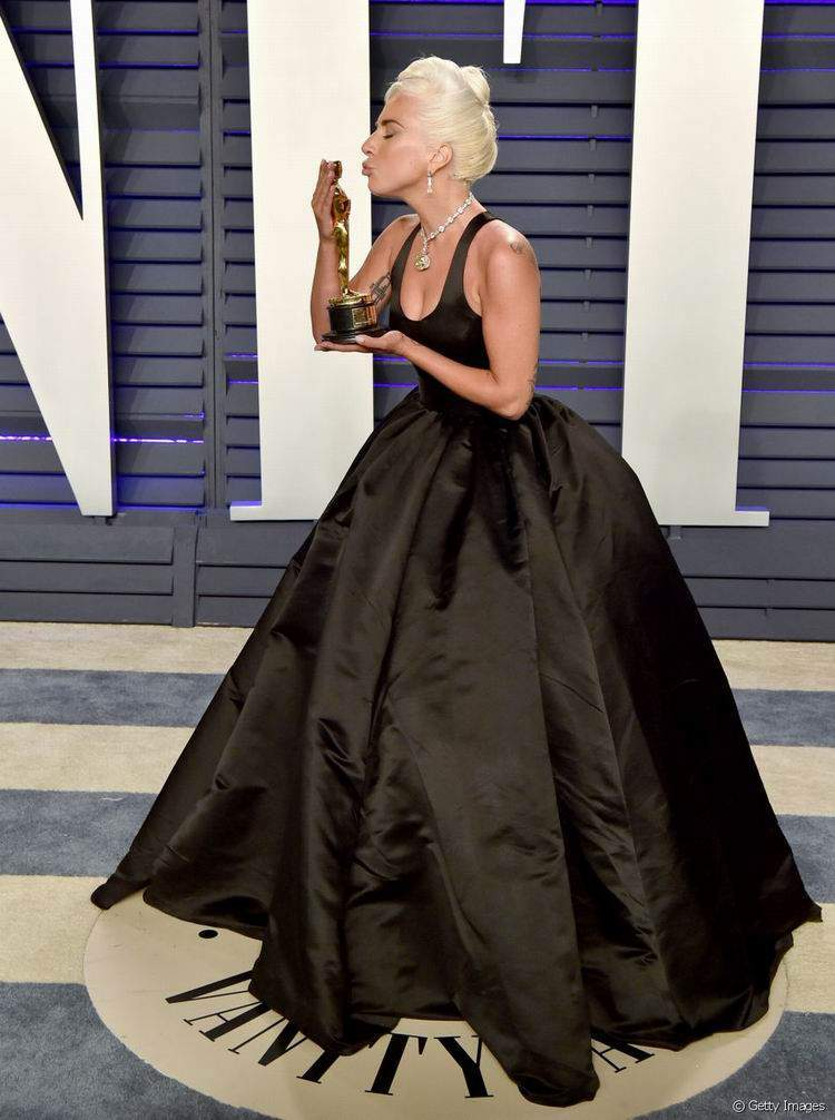 Lady Gaga usou um vestido longo preto e volumoso Alexander McQueen | Foto de Getty Images