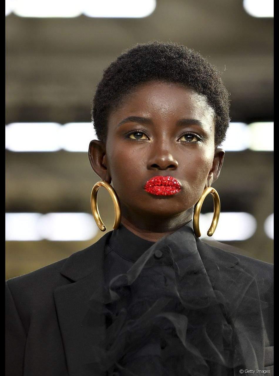 Para deixar a maquiagem do Lollapalooza mais fashion, vale adicionar pigmentos de glitter por cima do batom vermelho