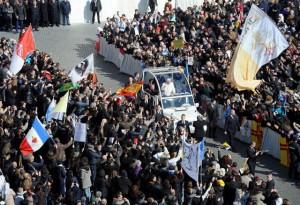 Benedicto XVI saluda a asistentes 27 febrero 2013