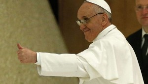 Papa Francisco saluda en audiencia