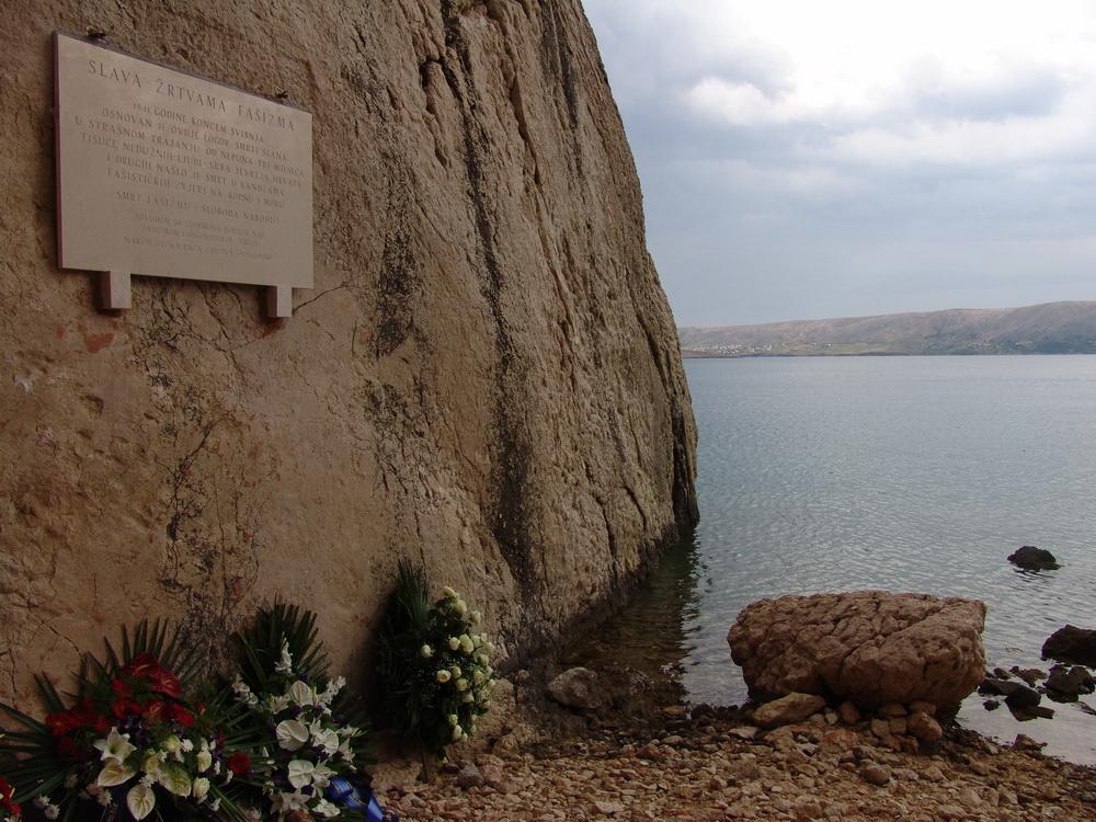 Спомен плоча на мјесту усташког логора у ували Слана постављена 26.6.2010. - уништена три дана касније.