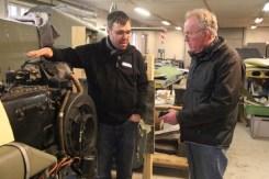 Arnt Espen diskuterer motoren med Ketil Lunde fra Bodø