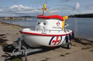 Elias båten var svært populær, her er den klar til sjøsetting