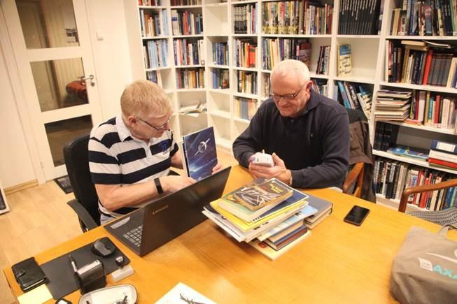 Joppe og Helge i full sving med å registrere bøker.