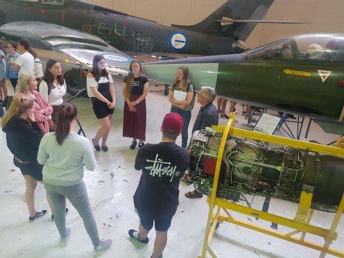 Steinar Tyldum står godt plassert med studentene «sine» mellom museets CF-104G Starfighter og F-5 Freedom Fighter, mens han forteller om egne opplevelser som flyger av begge disse maskinene.