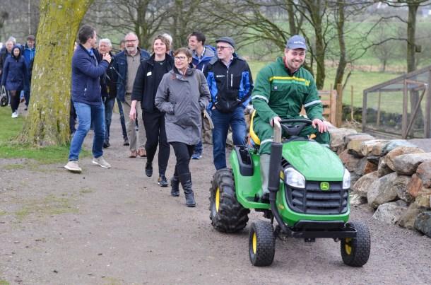 Årets unge bonde, Ingve Berntsen, køyrde biogasstraktoren og viste gjestene veg til utstillinga.