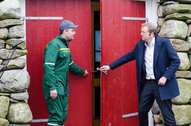 Årets unge bonde Ingve Berntsen og statssekretær Terje Halleland opna dørene inn til utstillinga.