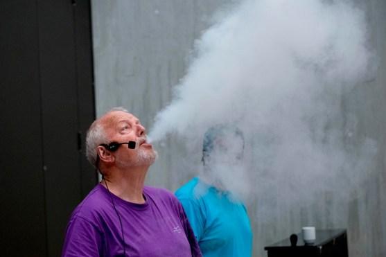 Slik er det dei fleste har truffe Ivar - på show med røyk, flammar og realfagsglede.