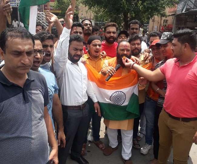 Article 370: उत्तराखंड में जश्न का माहौल, जानिए बाबा रामदेव, संत समाज और कश्मीरियों का क्या है कहना