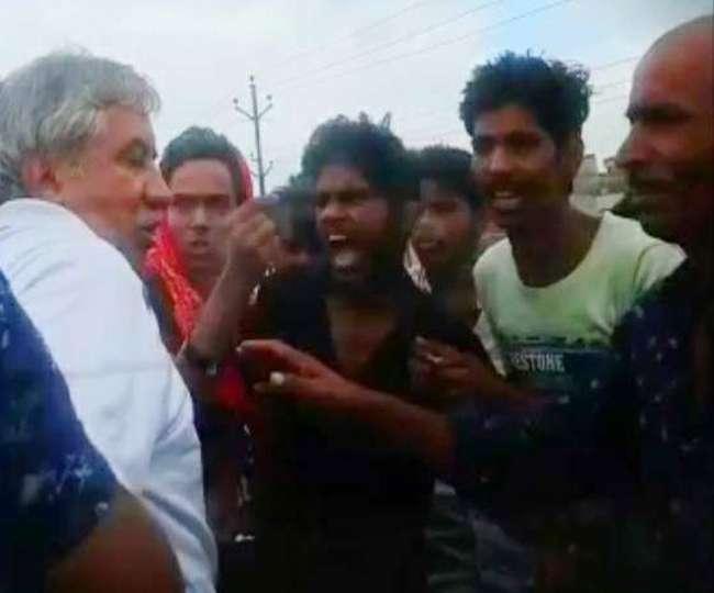 बिहार: बाइकर्स गैंग ने Ex IPS को बीच सड़क पर पीटा, थानेदार बोला- मेरे इलाके की घटना नहीं