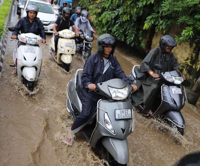 बारिश से देहरादून में सड़के बनी तालाब, लोग रहे परेशान Dehradun News