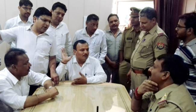 पुलिसकर्मी पर अधिवक्ता को पीटने का आरोप, हंगामा