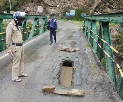अल्मोड़ा-नैनीताल जिले की सीमा पर स्थित क्वारब पुल पर बढा खतरा, डाइवर्ट किया गया रूट