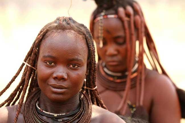 पानी का इस्तेमाल नहीं करती यहां की महिलाएं, फिर भी मानी जाती हैं खूबसूरत, देखें तस्वीरें