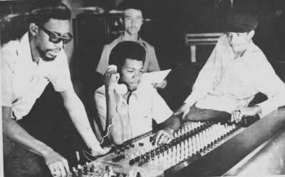 Dennis Thompson, Errol Thompson (au téléphone), Augustus Pablo