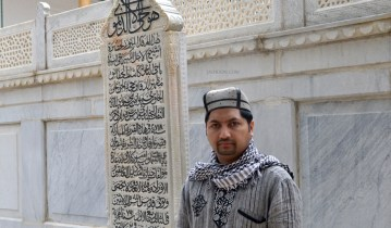 Jaihoon beside the tomb of Shaykh Bahaddin Naqshabandi