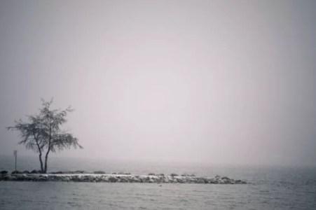 Le lac d'Annecy sous le brouillard