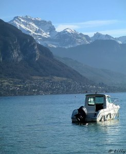bâteau à moteur au lac d'Annecy