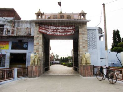 sri_1008_parswanath_swamy_digambar_jain_temple_atishaya_kshetra_vahalna_uttar_pradesh_20120419_2042847764