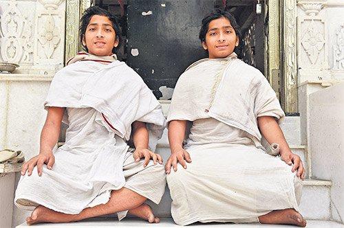 Namichandrasagar Maharaj Saheb and Nemichandrasagar Maharaj Saheb will demonstrate their memory skills at 'Balshataavadhan' in Secunderabad on March 22. — Photo: Surya Sridhar