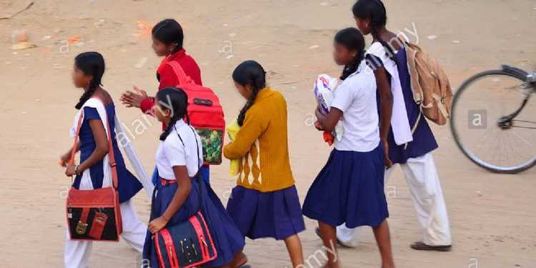 Government teacher started obscene talk with schoolgirls on the pretext of online class