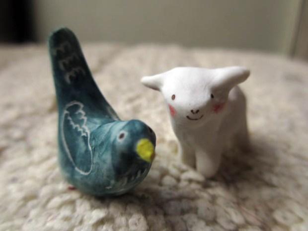 鳥と羊(いずれも親指の先くらいの大きさ)