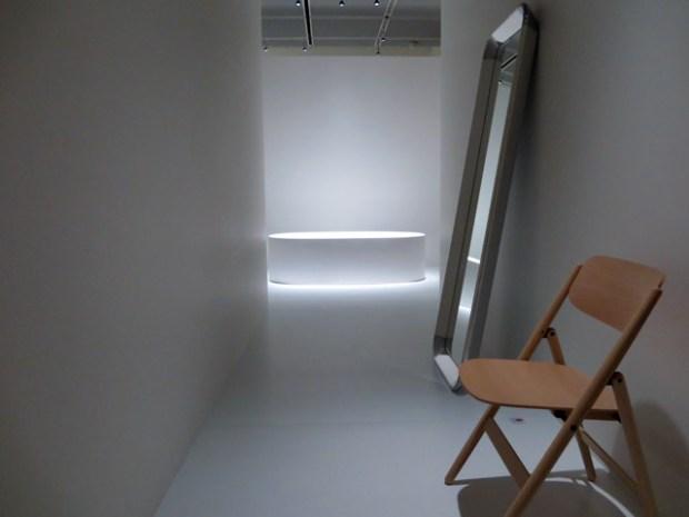 バスルームへのアプローチとみた。脱いだ衣類は椅子にかけ、鏡で己の肉体を確認せよとの意味か。痩せられそうだ。