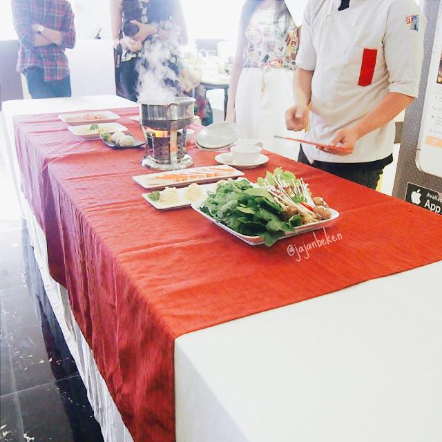 Demo cara menikmati Shabu-shabu di Dolar Shop Resto.