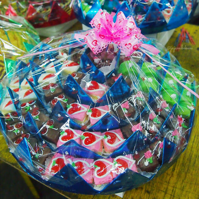 Mini Cake Parcel (IDR 35,50,60/set).