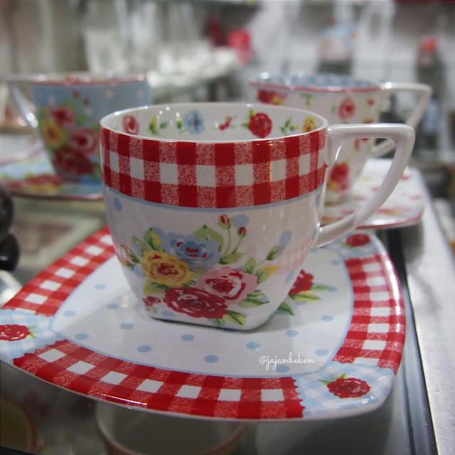 Cup dan saucer untuk minum teh ini dibandrol mulai dari IDR 60.000 per satuannya.