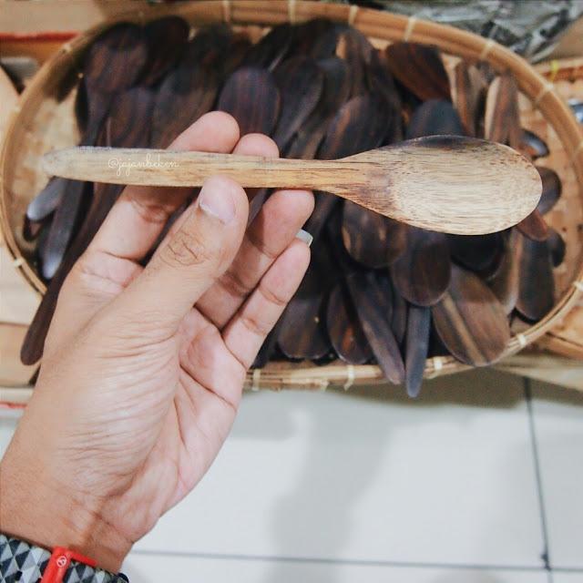 Sendok kayu dijual mulai dari IDR 3000.