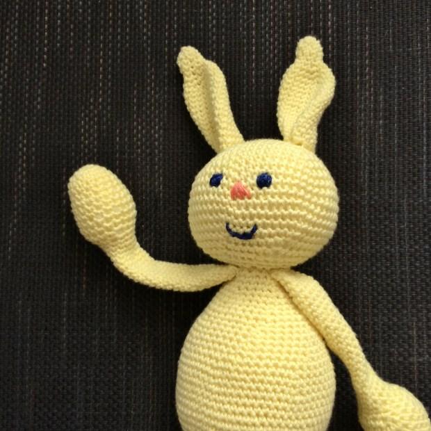 Bleu, le lapin jaune de Rose - Jakecii