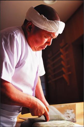 熟練の技、ぜひこの目で見てみたい!伝説のそば打ち職人、高橋さん (c)©ENDOU Katsura